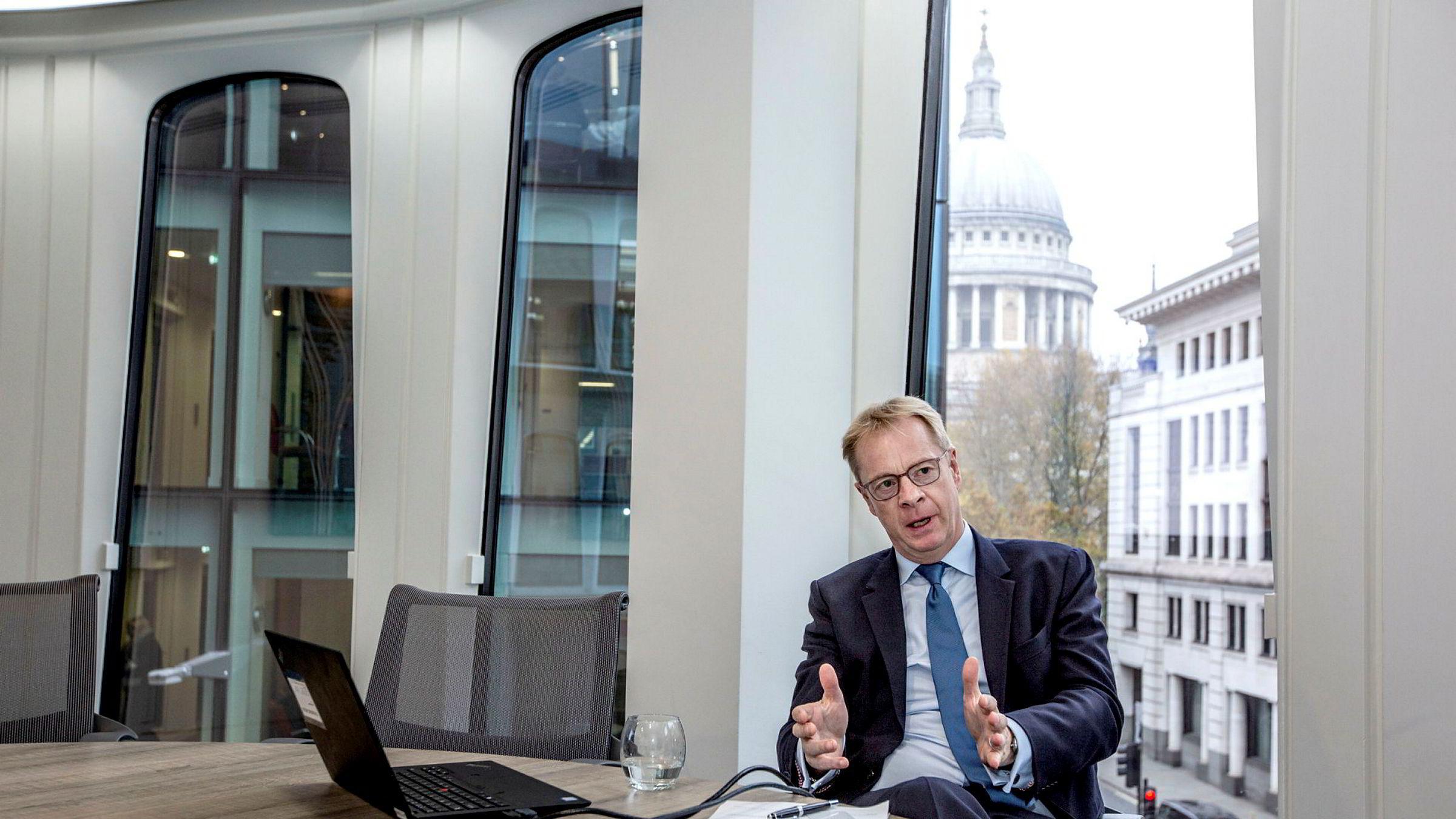 Mike Stewart, partner på Wikborg Reins kontor i finansdistriktet City of London, sier bedriftene i liten grad bekymrer seg over brexit-uro. Nå sier EU for første gang at Storbritannia kan utestenges fra deler av det finansielle systemet.