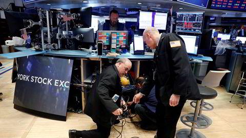 På Wall Street pakker aksjemeglerne ned datamaskinene for å jobbe hjemmefra. Goldman Sachs kaller det plutselige stoppet i den amerikanske økonomien «enestående».