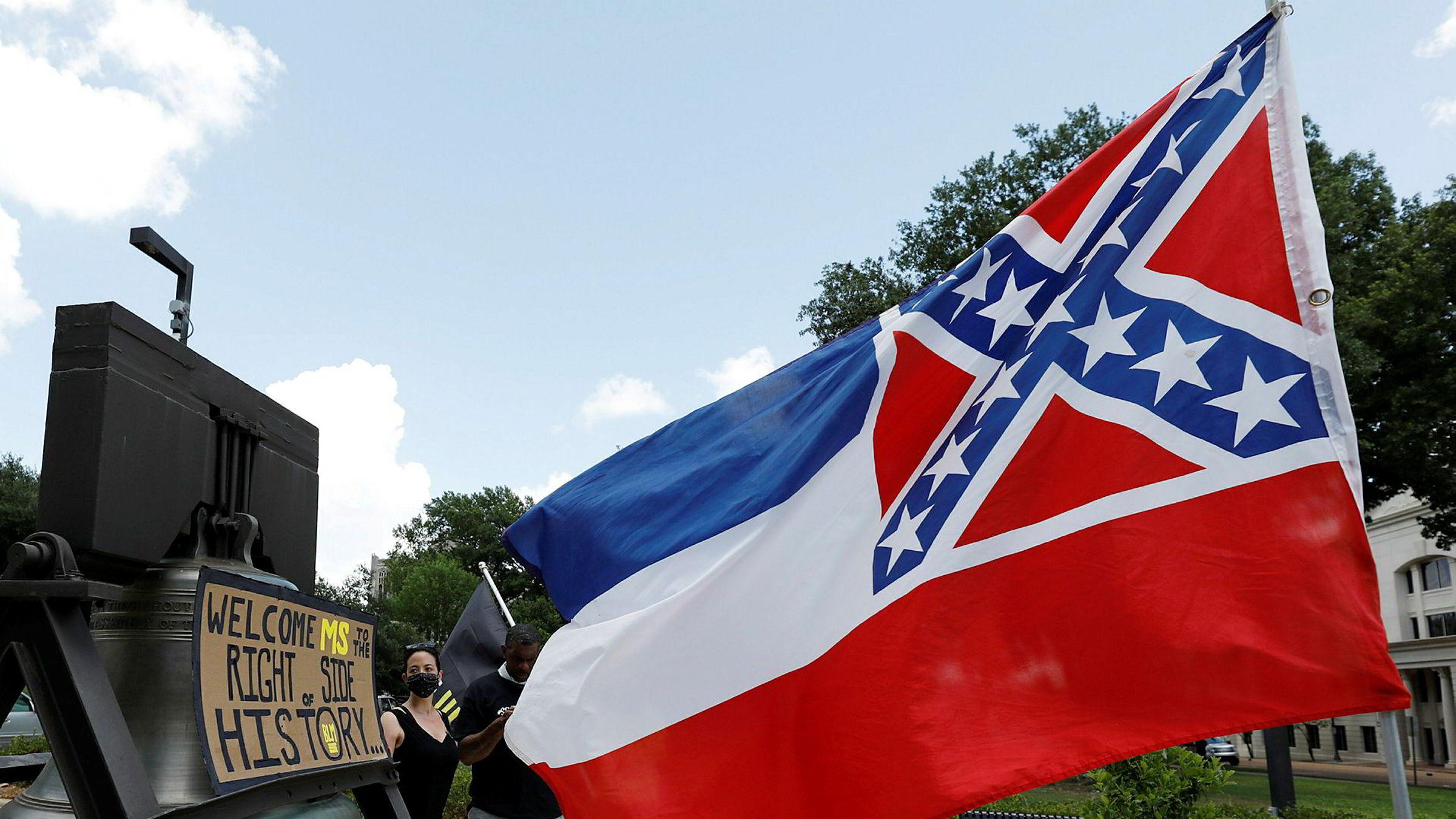 Senatet i Mississippi stemte søndag med 37 mot 14 stemmer for å fjerne det omstridte konføderasjonsemblemet i delstatens flagg.