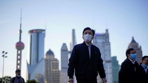 Asia-børsene har startet uken med et nytt, kraftig fall. Heller ikke de kinesiske børsene er immune. I Shanghai har børsen falt mer de siste tre ukene enn den gjorde da koronaviruset rammet Kina i januar.