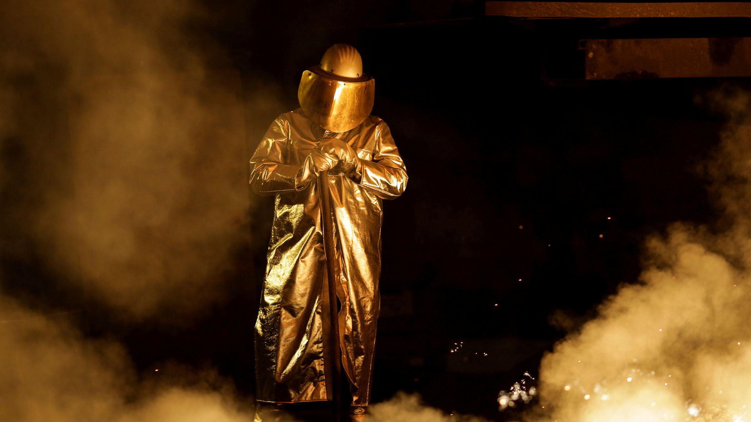 En arbeider på et stålverk i Salzgitter holder tilsyn over produksjonen.
