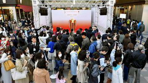 Mennesker samlet seg lørdag for å se den olympiske flammen som er kommet frem til Japan i forkant av sommerens leker i Tokyo. Mandag åpner likevel landets statsminister Shinzo Abe for at hele idrettsarrangementet må utsettes som følge av koronakrisen.