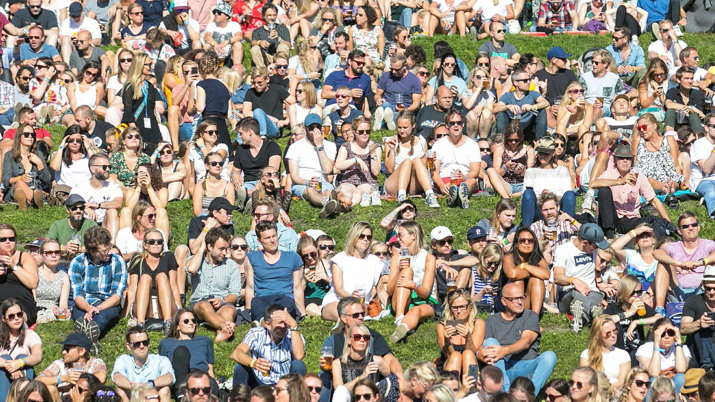 Ifølge forskning er de menneskene vi omgås svært viktige for vår langsiktige lykkefølelse. På bildet nyter folk musikken og solen under Øyafestivalen i Tøyenparken i Oslo.