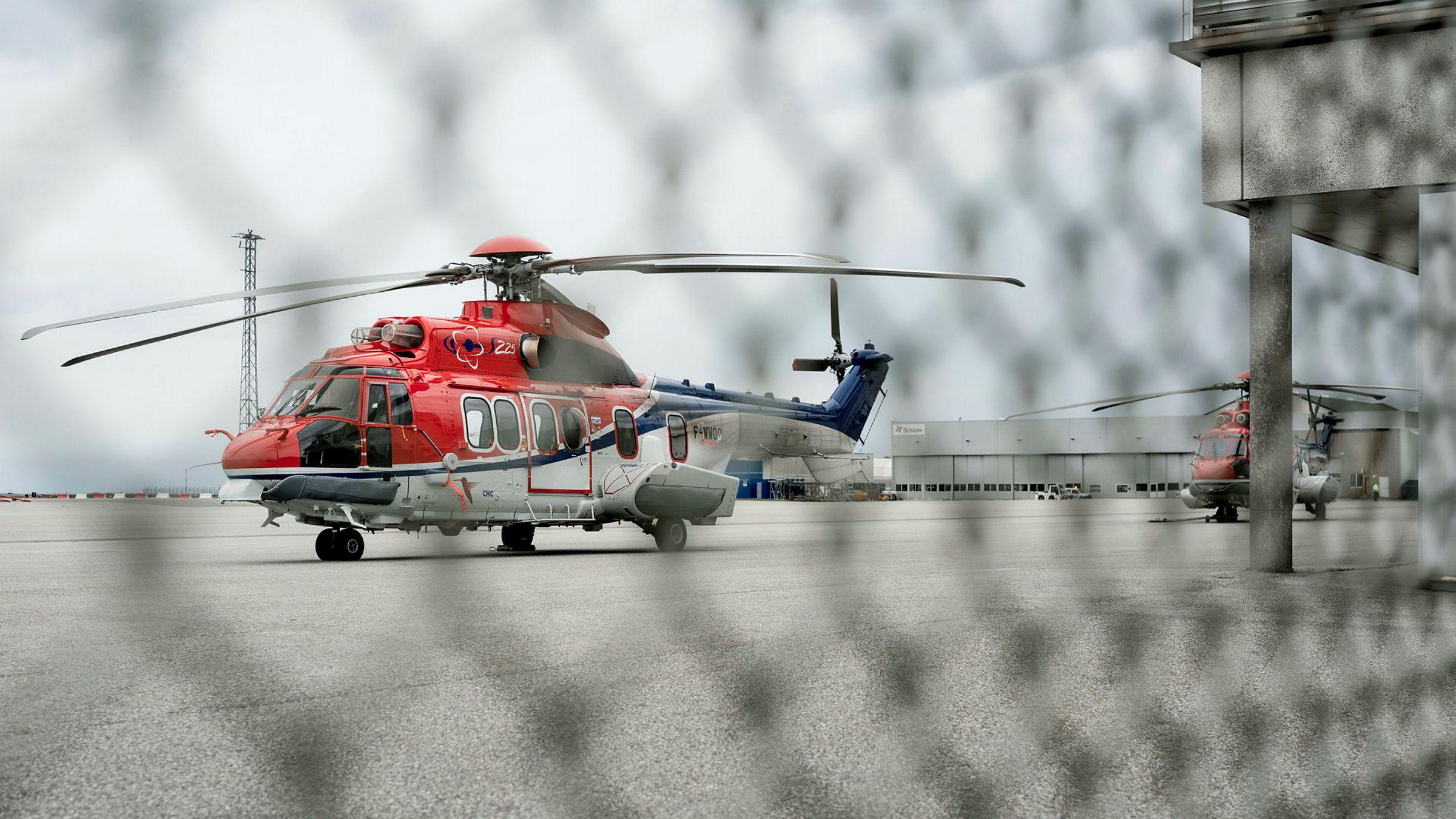 CHCs helikopter EC225 Super Puma av samme type som styrtet utenfor Bergen står på bakken ved Stavanger Lufthavn Sola.