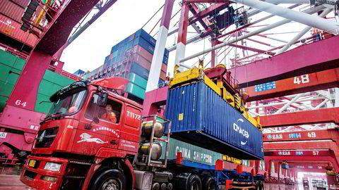 Verdien på den kinesiske eksporten (i amerikanske dollar) økte med 0,5 prosent i 2019 til tross for handelskrig med USA og straffetoll. USA kommer tidligst til å redusere straffetoll mot slutten av 2020. På onsdag inngås en «fase 1» i en handelsavtale. Her fra containerhavnen i Qingdao i Shandong-provinsen på tirsdag.