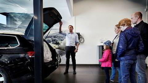 Leif Solstad, salgskonsulent for bruktbiler ved Møller Bil Follo as på Ski viser frem detaljene på en Volkswagen Passat som familien Gundersen endte opp med å kjøpe tidligere denne måneden. Solstad var lærer før han gikk over til bilsalg da han flyttet til Ski.