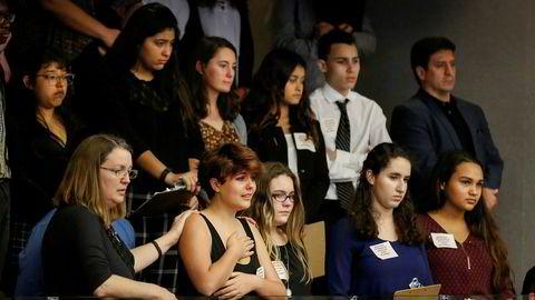 Skoleelever fra Marjory Stoneman Douglas High School, som ble rammet av skoleskyting nylig, overvar behandlingen av et forslag om strengere våpenregler i Florida.