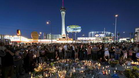 Politiet vet fortsatt ikke motivet bak massedrapene i Las Vegas. På bildet er sørgende samlet på plassen der konserten og drapene fant sted.