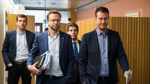 Nikolai Astrup (H) og Helge André Njåstad (Frp) på vei til nye forhandlinger om budsjettet i statsrådssalen på Stortinget tirsdag.