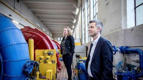 Administrerende direktør i Powel, Trond Straume (til høyre) sammen med direktør for forretningsutvikling i Arendals Fossekompani, Ingunn Ettestøl, møter DN på Bøylefoss kraftstasjon i Froland utenfor Arendal for å fortelle om tidenes storkontrakt.