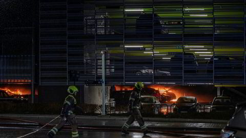 Bilbrannen i parkeringshuset på Stavanger Lufthavn Sola 7. januar gjorde skade på flere hundre biler og brannvesenet jobbet gjennom natten med å slukke.