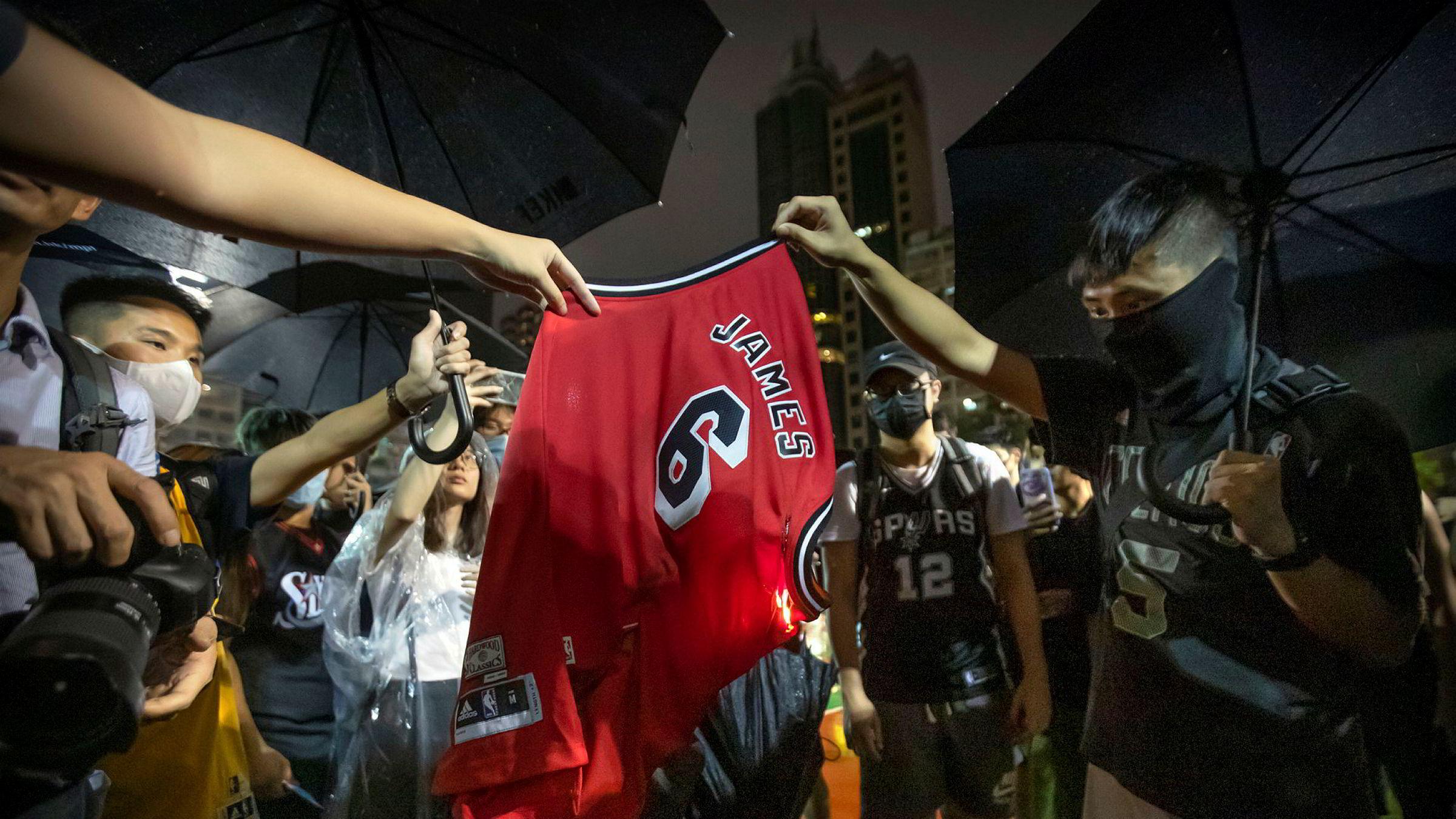 Demonstranter i Hongkong har brent trøyer med lagnummeret og navnet til den amerikanske basketballstjernen LeBron James.