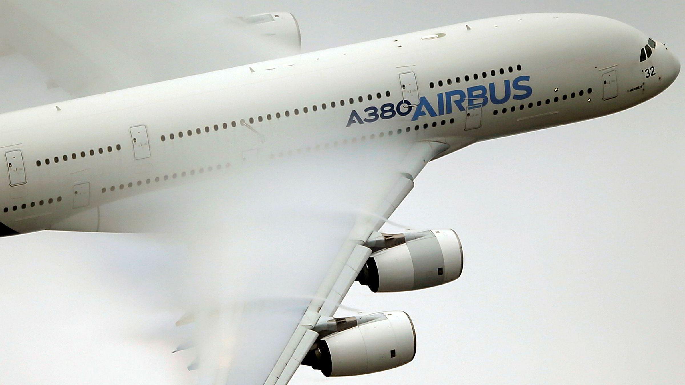 En Airbus A-380 i luften under en demonstrasjonsflygning i 2015. Flyselskapet Air France setter samtlige av sine ni fly av denne typen på bakken for godt.