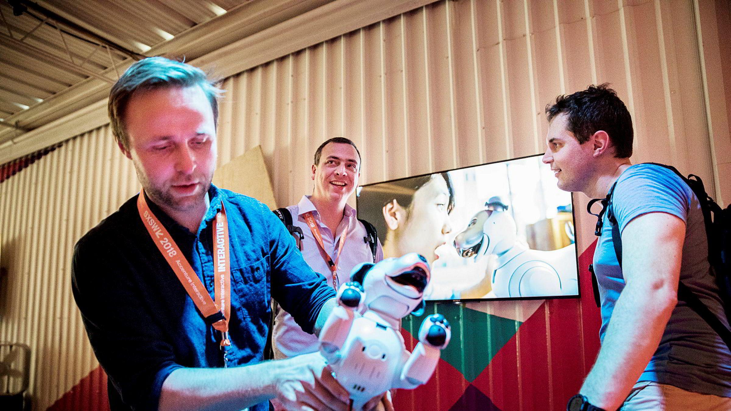 Halvor Gregusson (til venstre) er medgründer i bedriftene Rocketfarm og nLink i Sogndal, og er i Austin for å lære om kunstig intelligens med kollega Aslak Os (til høyre). I bakgrunnen: Kjetil Thorvik Brun i Abelia, NHOs forening for teknologibedrifter.