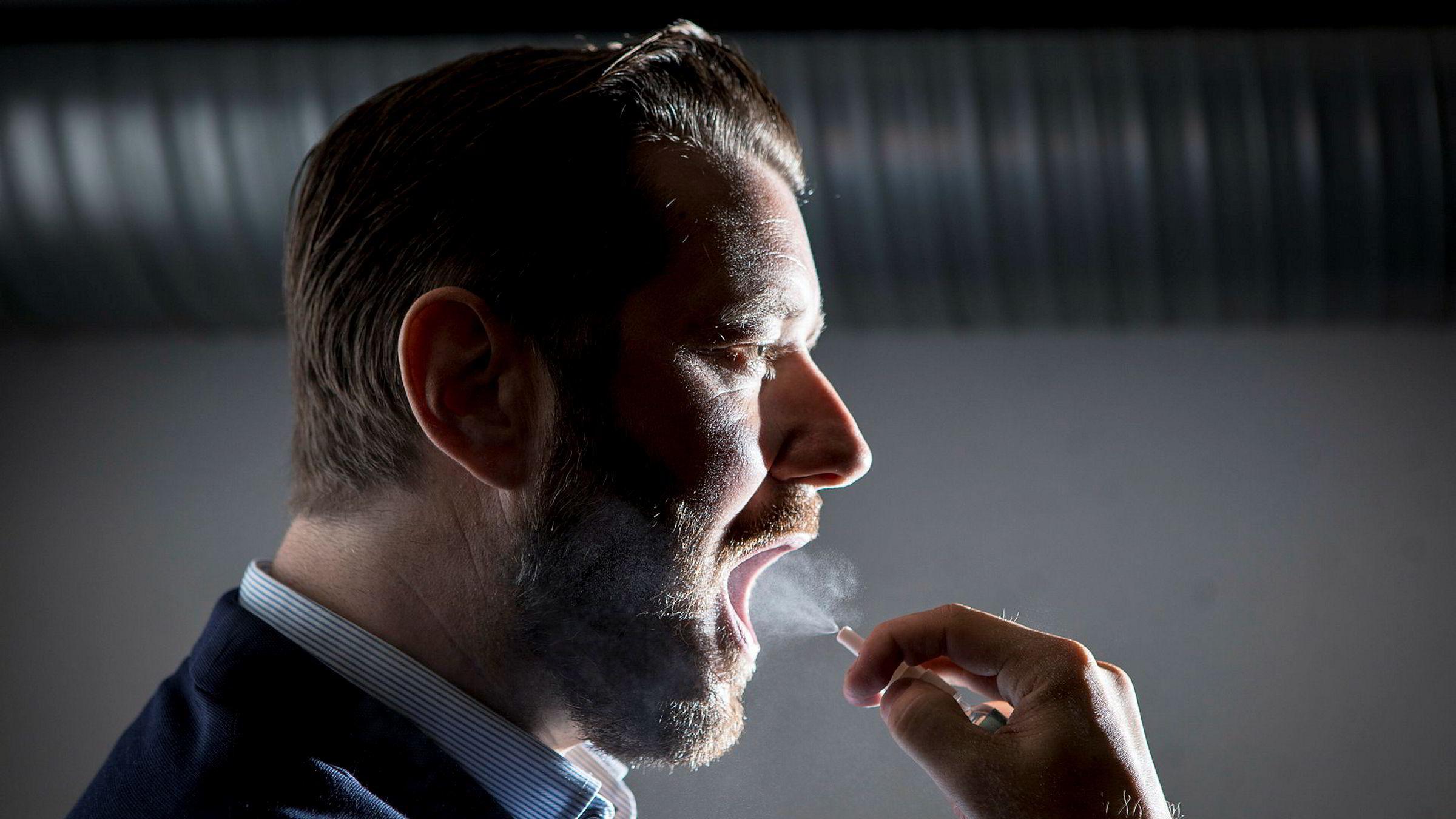 Sunnmørsgründeren Jan Remmereit er ikke den første som forsøker å løse forkjølelsesgåten. Her tester hans høyre hånd Frode Fagermo ut det nye produktet som skal hindre at forkjølelsen slår ut.
