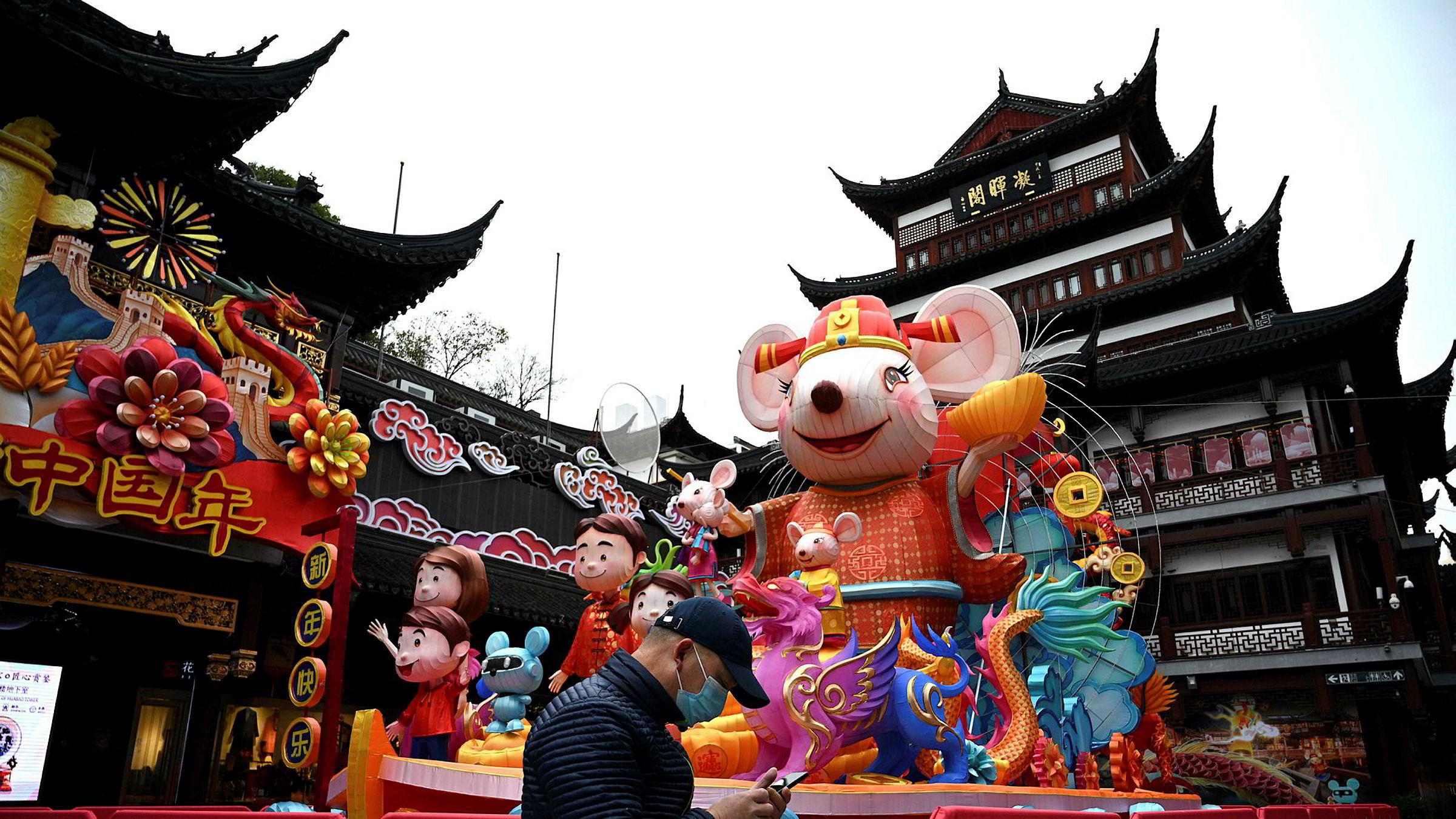 Det meste holder fortsatt stengt i Kina for å begrense utbruddet av koronaviruset. Over 28.000 mennesker er bekreftet smittet og dødsfallene nærmer seg 600. Nå forsøker kinesiske myndigheter å gjenåpne økonomien og handelen med omverdenen.
