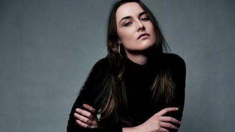 Emma Clare Gabrielsen blir igjen featurejournalist i Dagens Næringsliv, to og et halvt år etter at hun sluttet i avisen for å lede dokumentarprogrammet «Innafor» på NRK.