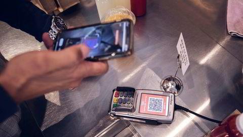 Vipps-sjef Rune Garborg er på Kaffebrenneriet i Bjørvika i Oslo og skal vise hvordan Vipps fungerer ved betaling via kortterminalen.