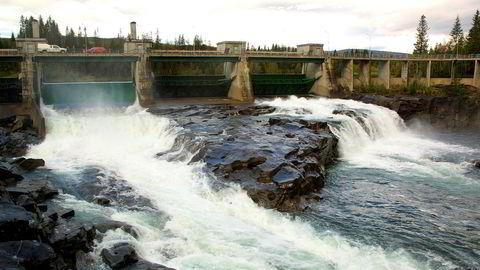 Norsk vannkraft gir lavt CO 2-fotavtrykk i industriproduksjonen, skriver artikkelforfatterne. Reinfors-anlegget ligger i Ranaelva, nær Mo i Rana.