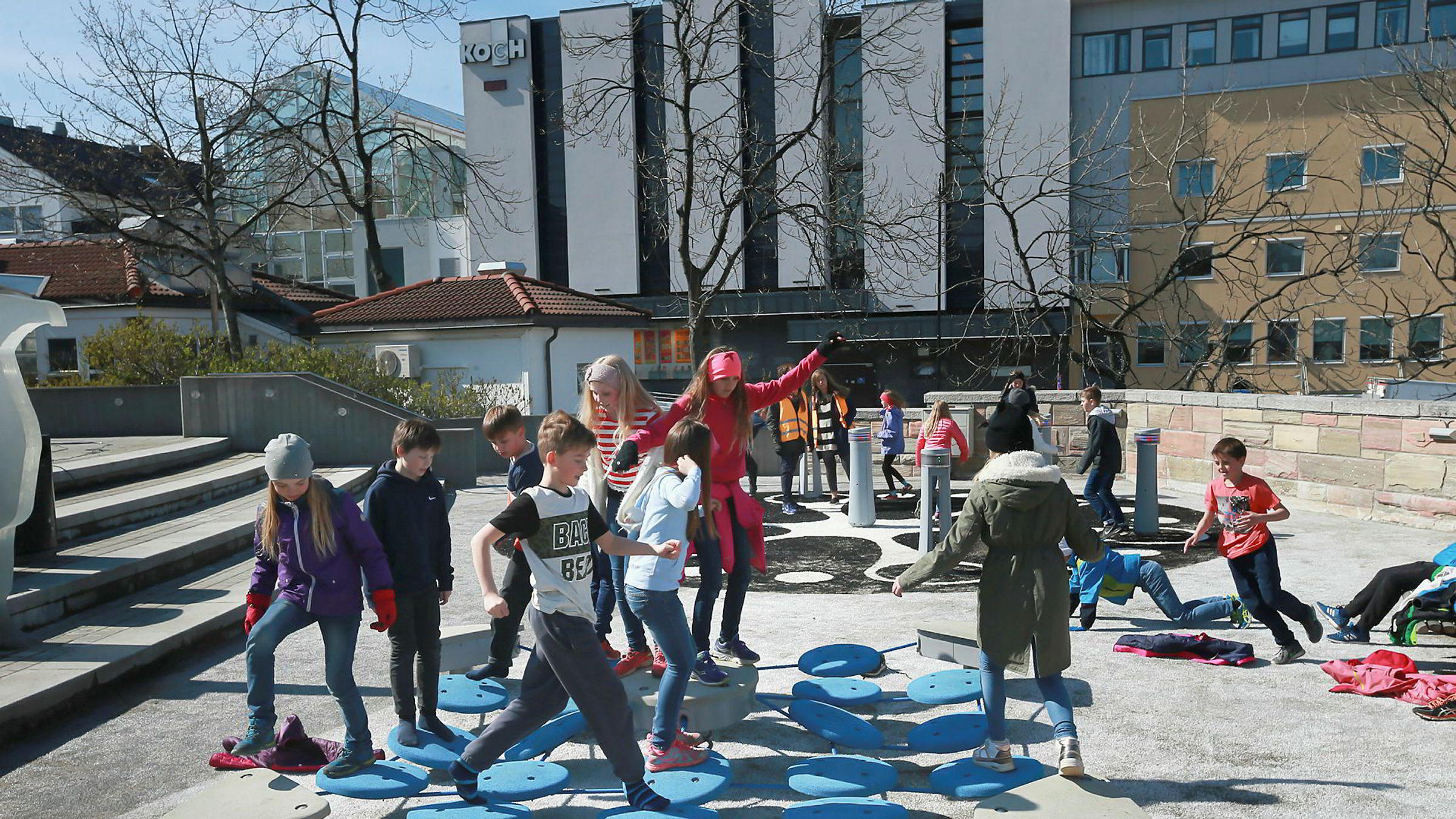 I mange byer er man for lite opptatt av barne- og ungdomsvennlige uterom. I Drammen og Bodø er det etablert lekeplasser, skatepark og andre aktivitetstiltak i sentrum. Det er kanskje selvsagte ting, men kan fort glemmes. Her fra barnelek på Torget i Bodø.