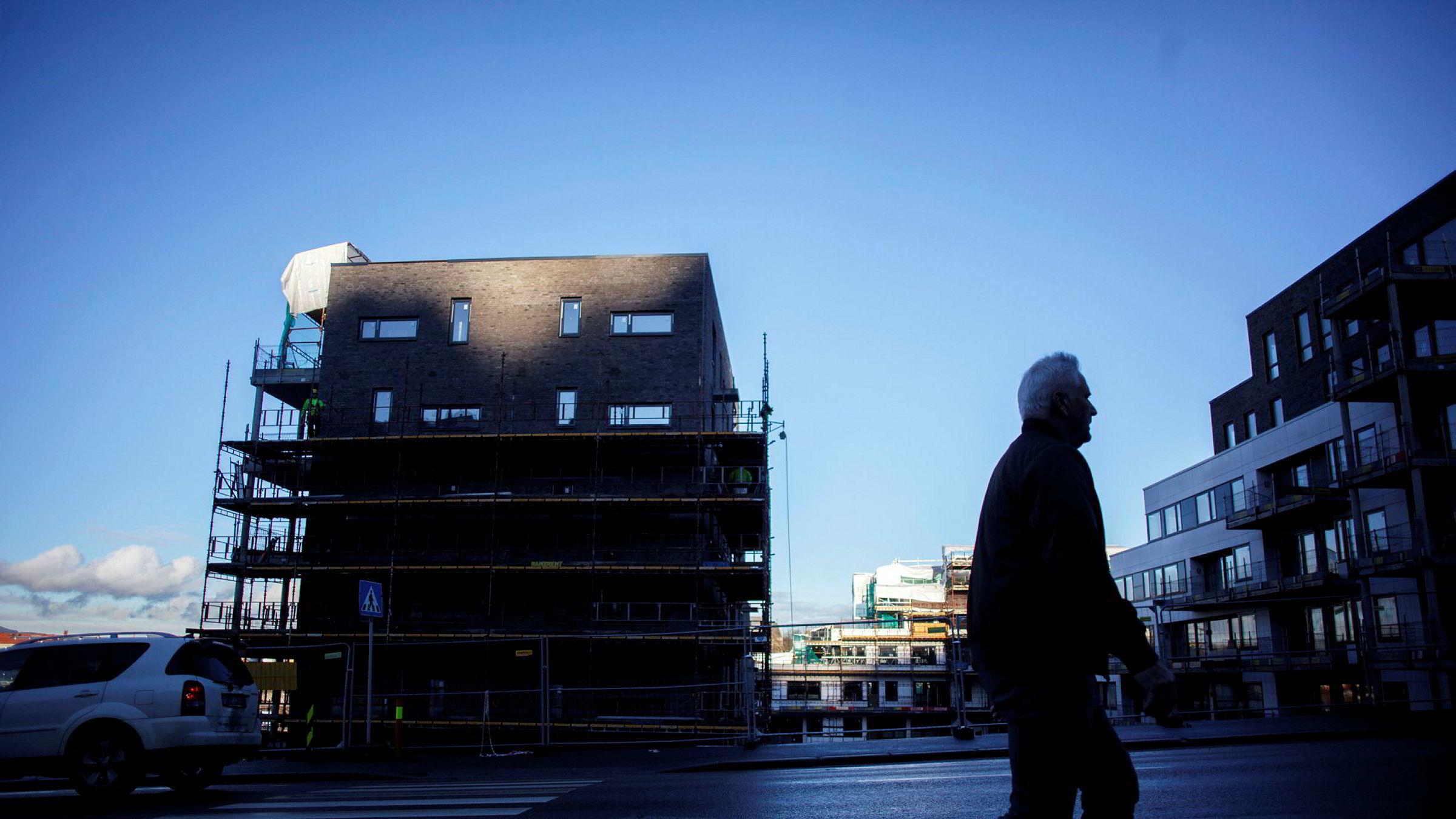 Bekymring rundt utviklingen i boligmarkedene i både Norge og Sverige har bidratt til store utslag i den norske kronen denne uken.