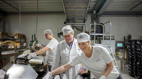 Brødvarer er milliardbutikk for Coop. Her tester fabrikksjef Trond Andersen (i midten) den nye fabrikklinjen ved Gomans Bakeri i Fredrikstad sammen med Sondre Pedersen og Linda Henriksen.