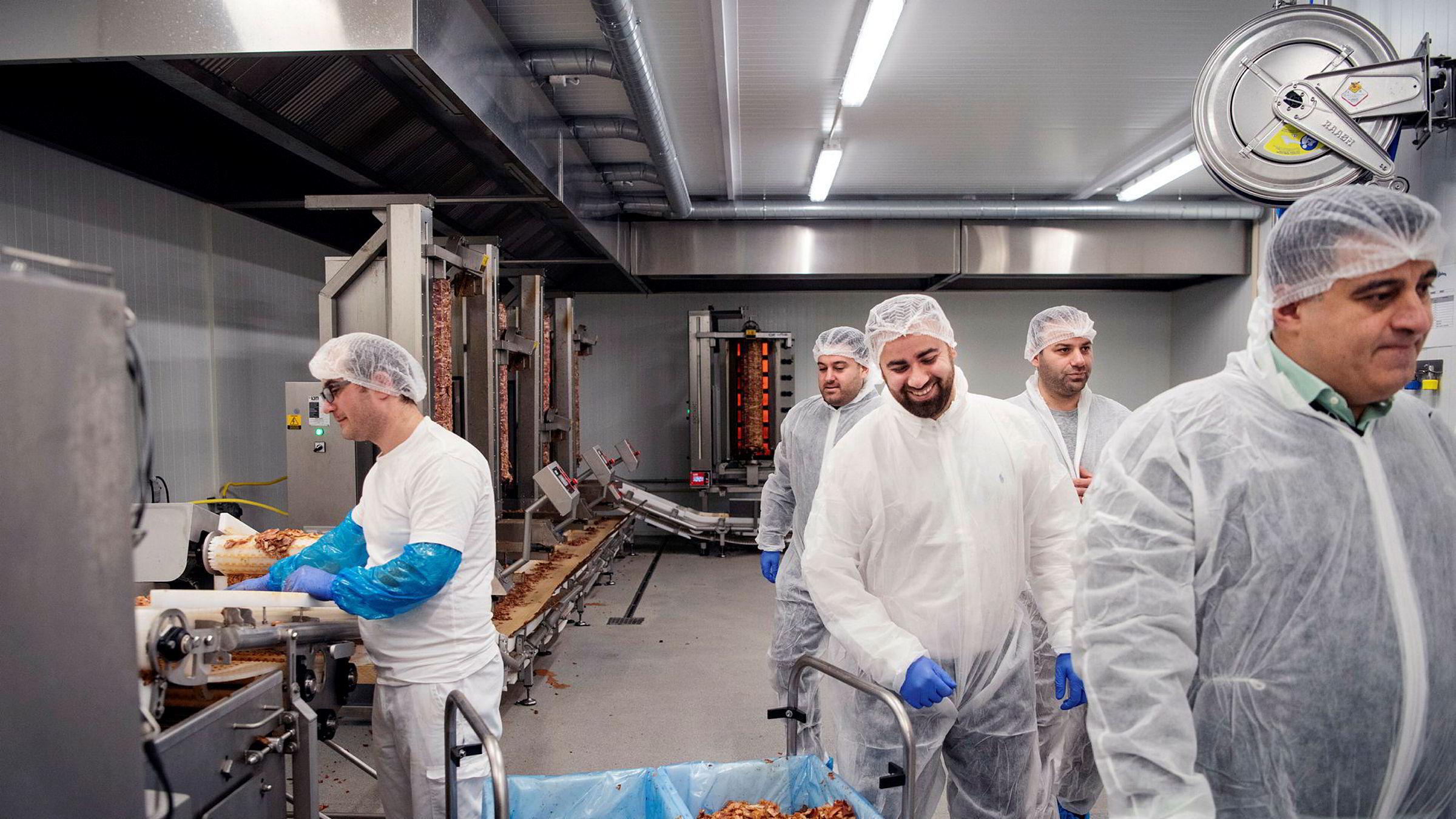 NK Meat på Ålgård har betydelig andel av det norske kebabmarkedet, og foredler blant annet svinenakke som selges til kebabrestauranter. Fra venstre: Gabriel Alupuli, Jacob Hanna, Akram Yonan, Renas Yonan og Michel Hanna.