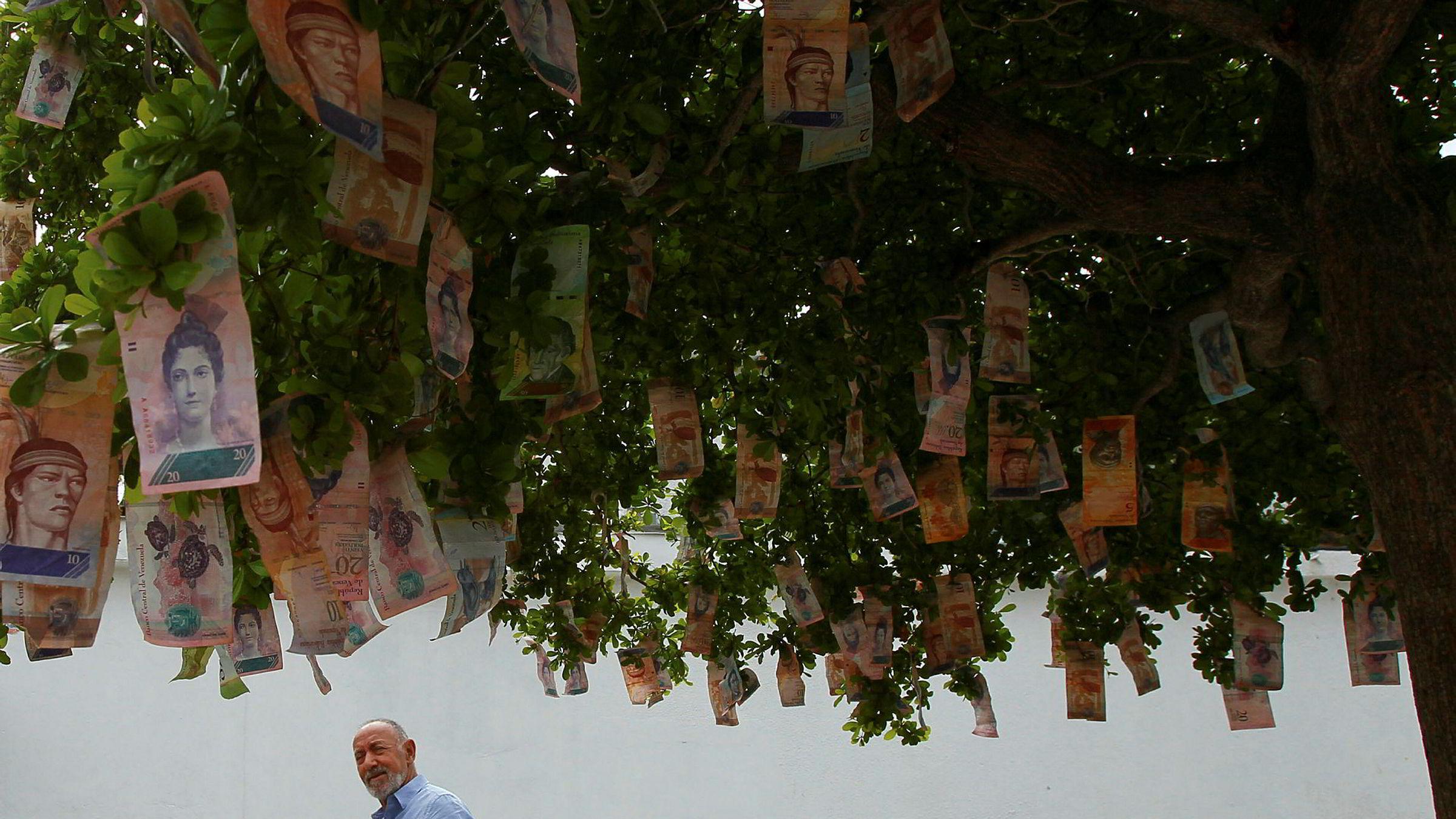 Penger vokser ikke på trær, i hvert fall ikke i Venezuela. Men mange venezuelanere har hengt opp nærmest verdiløse bolivar-sedler på trær som en protest på tilstanden i landet.