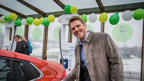 Stian Mathisen, kommunikasjonssjef i Fortum åpnet i dag den første lynladeren som kan gi opptil 350 kW-ladehastighet.