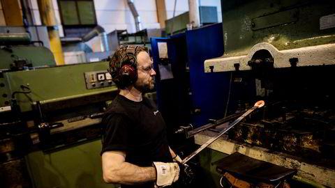 Smed Helge Vignes lager fastnøkler i elektrostugemaskinen.