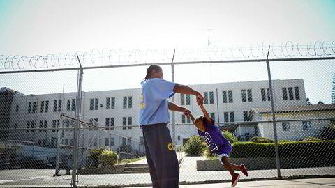 Kriminalreformen i USA gjør det en smule bedre for familier, barn og kvinnelige innsatte. Her leker innsatte Pharaoh Haywood med sin to år gamle datter Isis under en beskøksdag i Folsom State Prison i California.