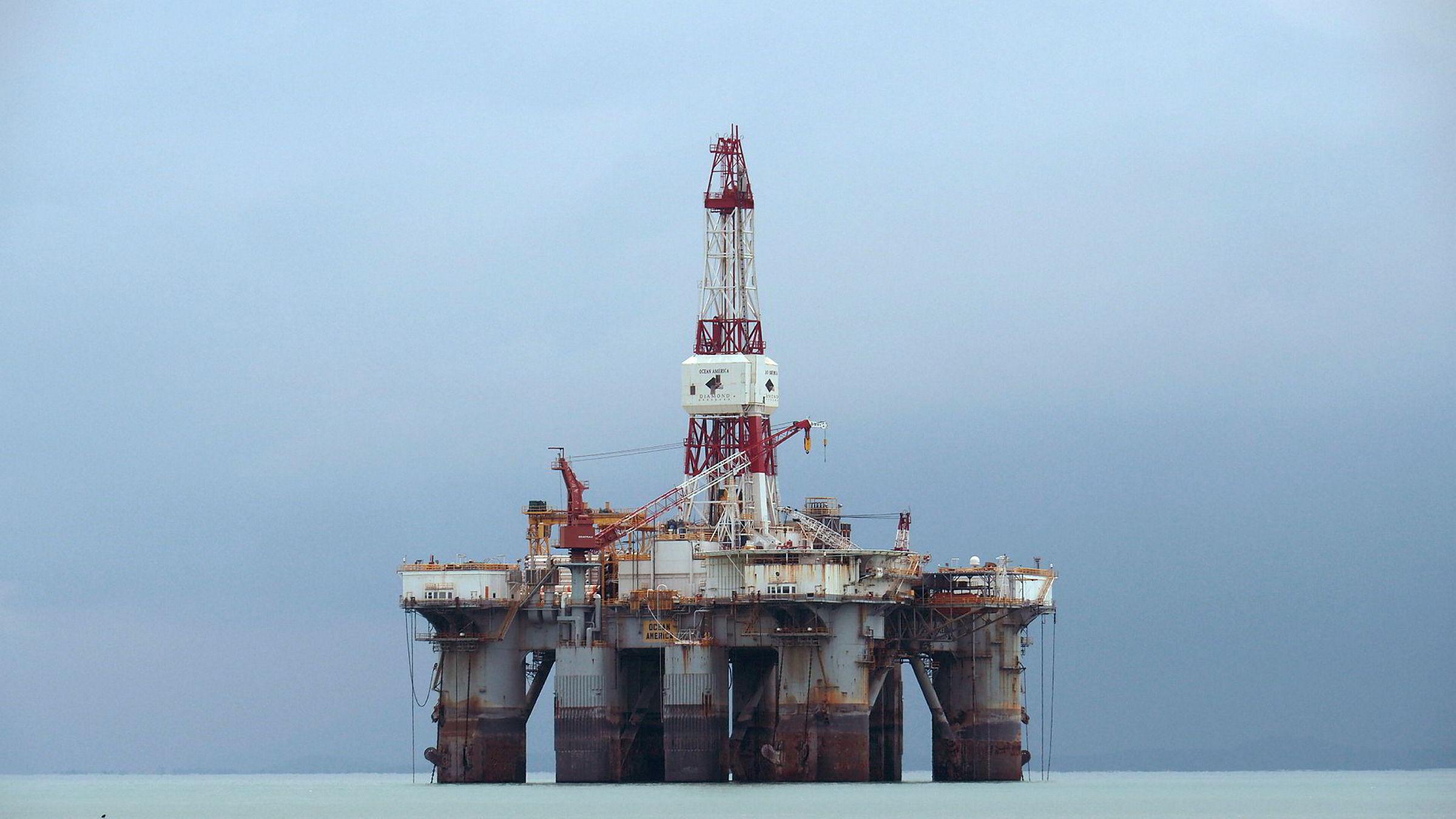 En oljerigg utenfor kysten i Malaysia.