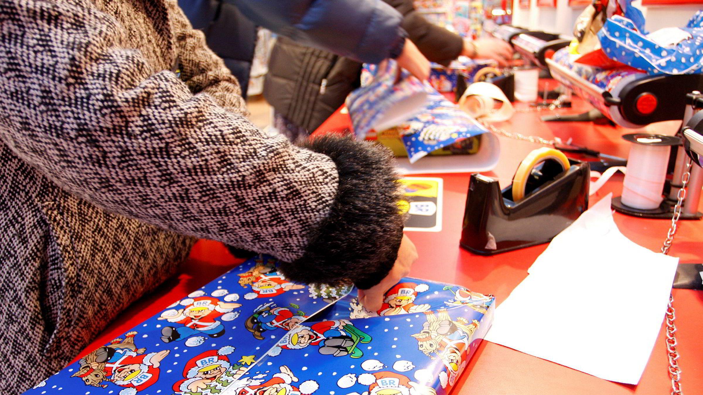 Nordmenn bruker mye penger på julegaver.