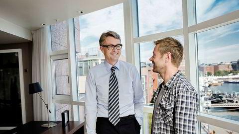 Akers konsernsjef Øyvind Eriksen (til venstre) sammen med forfatter Henrik H. Langeland på hovedkontoret på Aker Brygge i 2014.