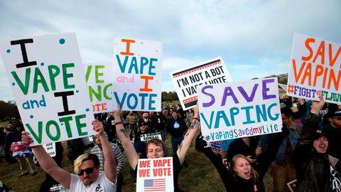 E-sigarettbrukere demonstrerte i helgen utenfor Det hvite hus, og truer med å røyke Donald Trump ut av presidentboligen.