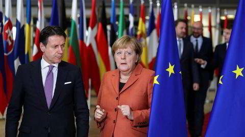 Lederne på EUs toppmøte er enige om en klimaavtale På bildet Italias statsminister Giuseppe Conte (til venstre) og Tysklands forbundskansler Angela Merkel etter at avtalen er i havn.