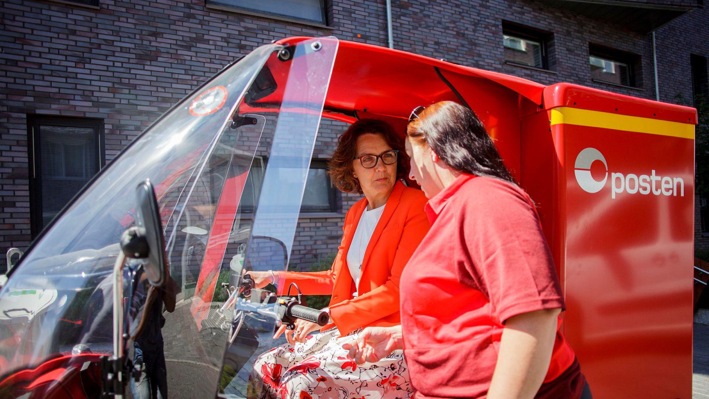 – Vi har stor tro på en selvkjørende fremtid, sier konsernsjef Tone Wille i Posten Norge. Her tester hun elbilen Paxster. Postbud Ann Kristin Løkkevik forklarer hvordan man kjører den.
