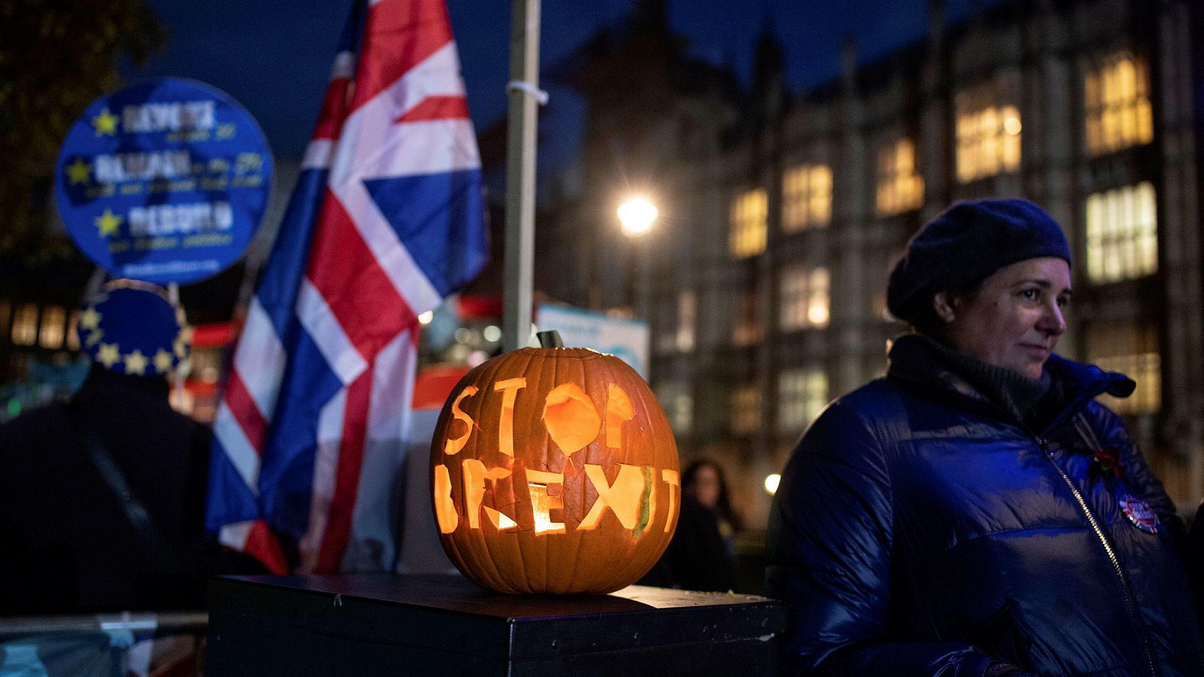 Brexit-aktivister foran Det britiske parlamentet.