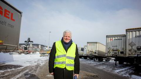 Godset blir på bil, sier Einar Spurkeland i Schenker i Norge. Han mener dårlige terminaler og upålitelige godstog bidrar til at lite flyttes til jernbaneterminalen i bakgrunnen. Riksrevisjonen presenterte tirsdag en rapport som sier det politiske målet om mer gods på sjø og bane ikke er nådd.