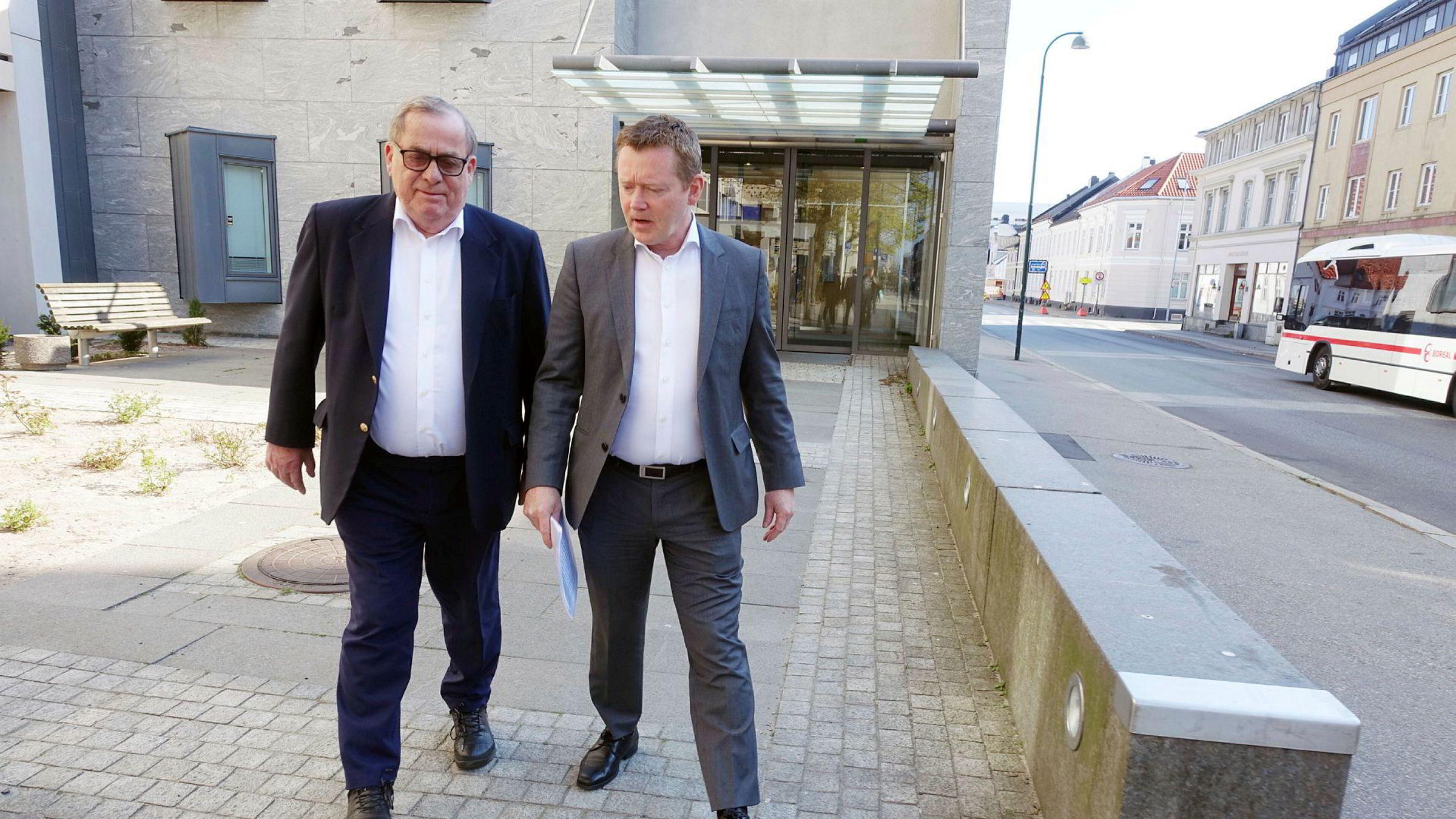 Tore Hansen-Tangen (til venstre) sammen med daglig leder Tor Hodne i Viking Think Tank as/Viking Heat Engines as på vei ut av Tinghuset i Kristiansand etter konkursbegjæring i vår. Nå er det duket for ny runde.
