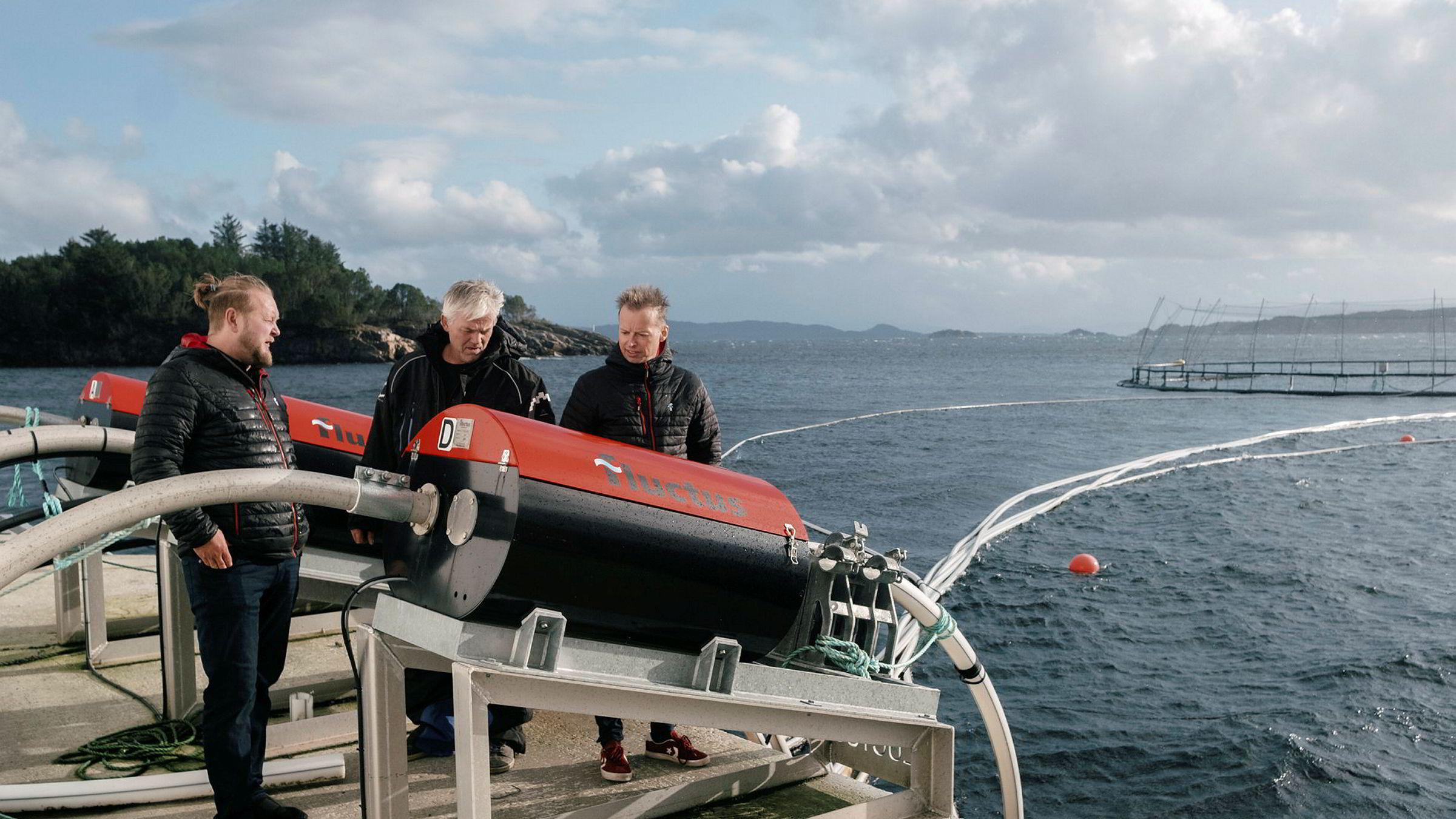 Produktsjef Runar Hatlevik, til venstre, servicetekniker Trond Vassnes og daglig leder Harald Lien tar DN med ut på fjorden for å kikke på en av de første fôringsflåtene Fluctus leverte, til dette oppdrettsanlegget på Fiksneset i Hordaland.