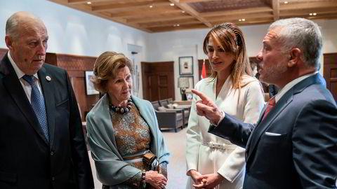 Dronning Sonja (i midten til venstre) ble introdusert til nettbrett av Jordans kong Abdullah (t.h.) i 2010. Mandag møttes de to kongefamiliene igjen i Jordans hovedstad Amman i forbindelse med det norske statsbesøket. Til venstre: kong Harald, i midten til høyre: dronning Rania av Jordan.