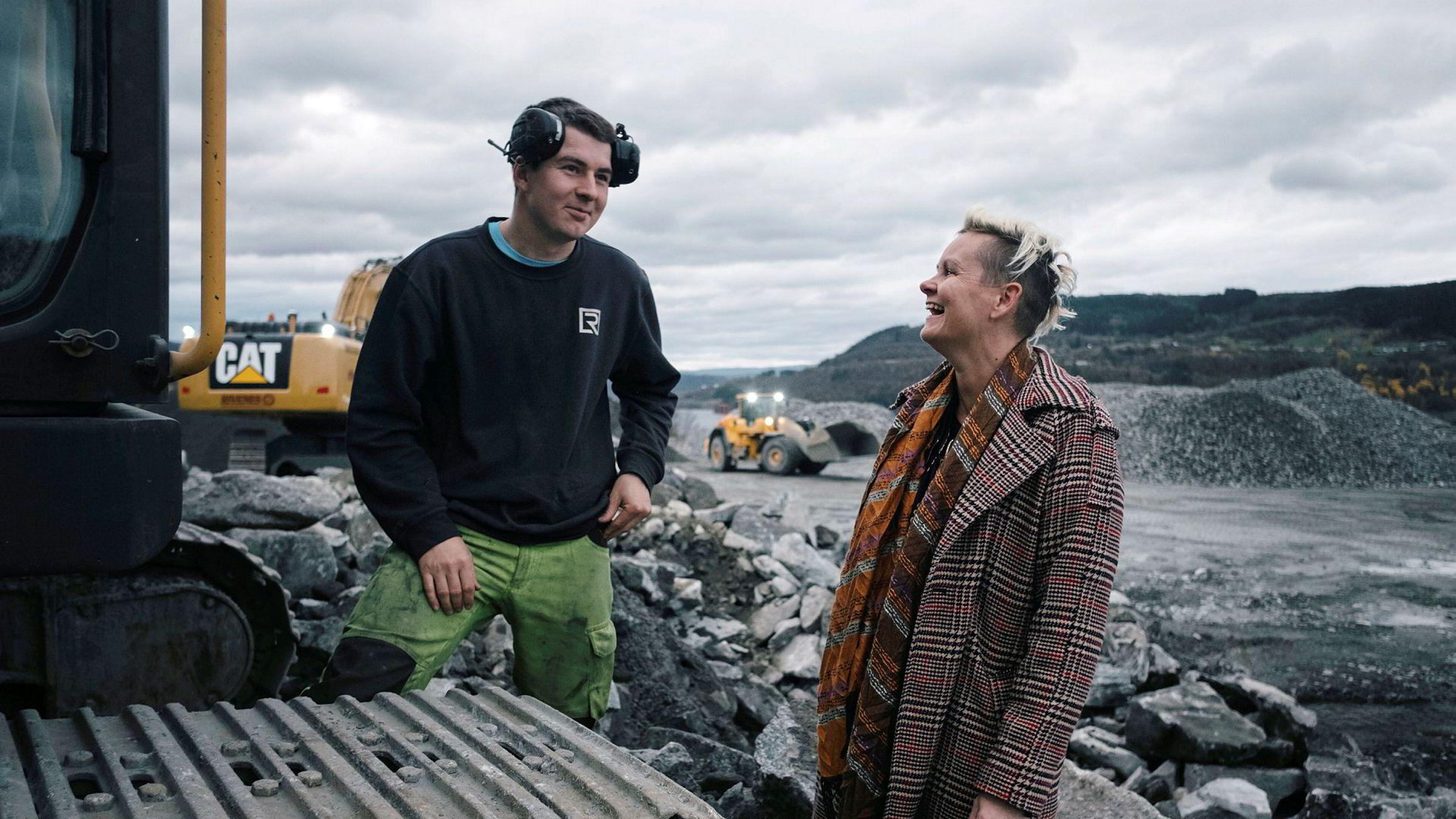 Daglig leder Bente Lorentzen er sjef i en mannsdominert bedrift i en mannsdominert bransje. Her er hun på bedriftens mobile knuseverk på Hylkje utenfor Bergen. Gravemaskinfører Martin Steinestø, til venstre, slår av en prat med sjefen.