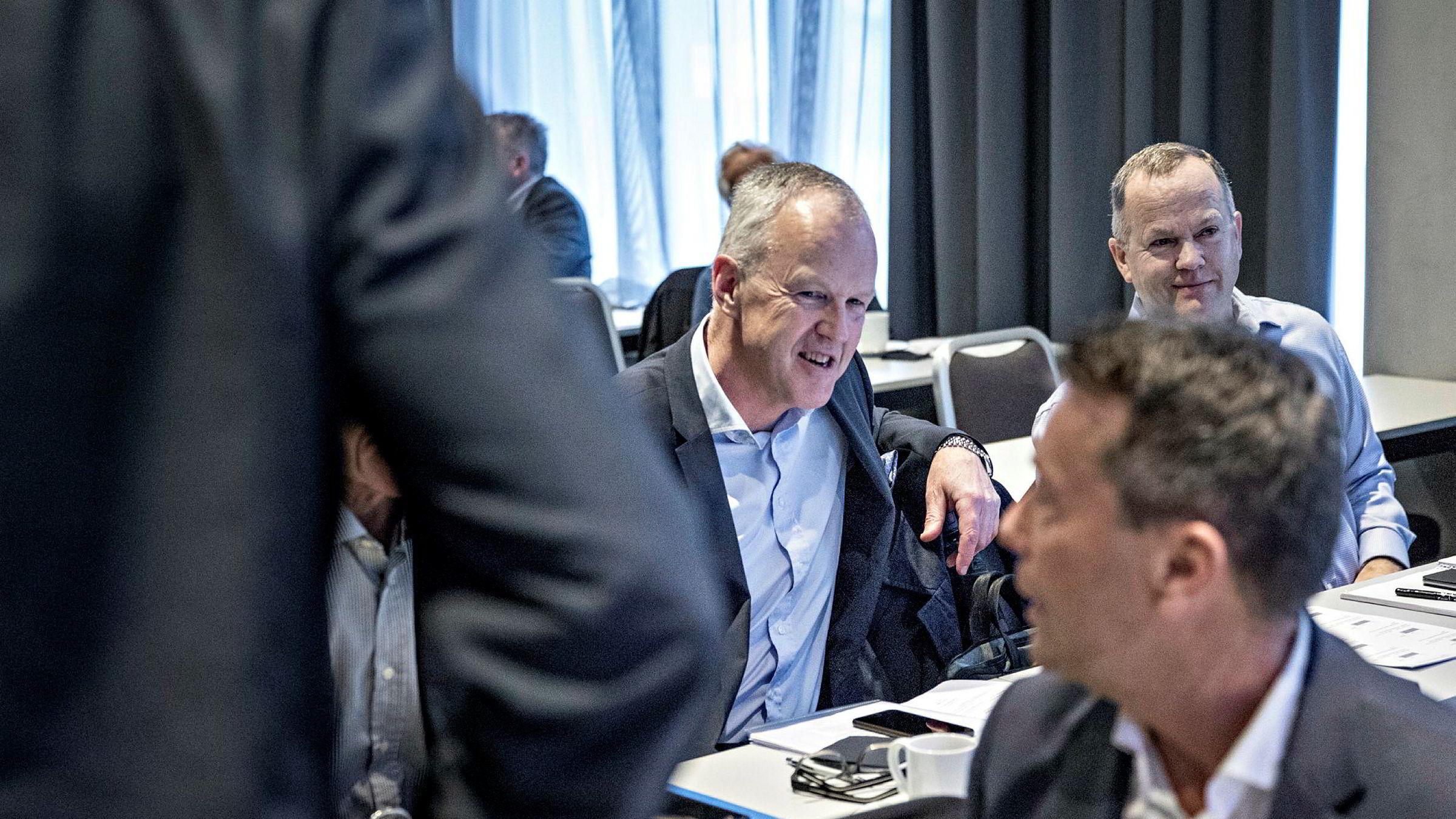 Direktør Ole-Wilhelm Meyer i Opplysningsvesenets fond frontet benkeforslaget til nytt konsernstyre i Mentor Medier på generalforsamlingen i Mentor Medier på Plaza i Oslo. Foran: Styreleder Tomas Brunegård.