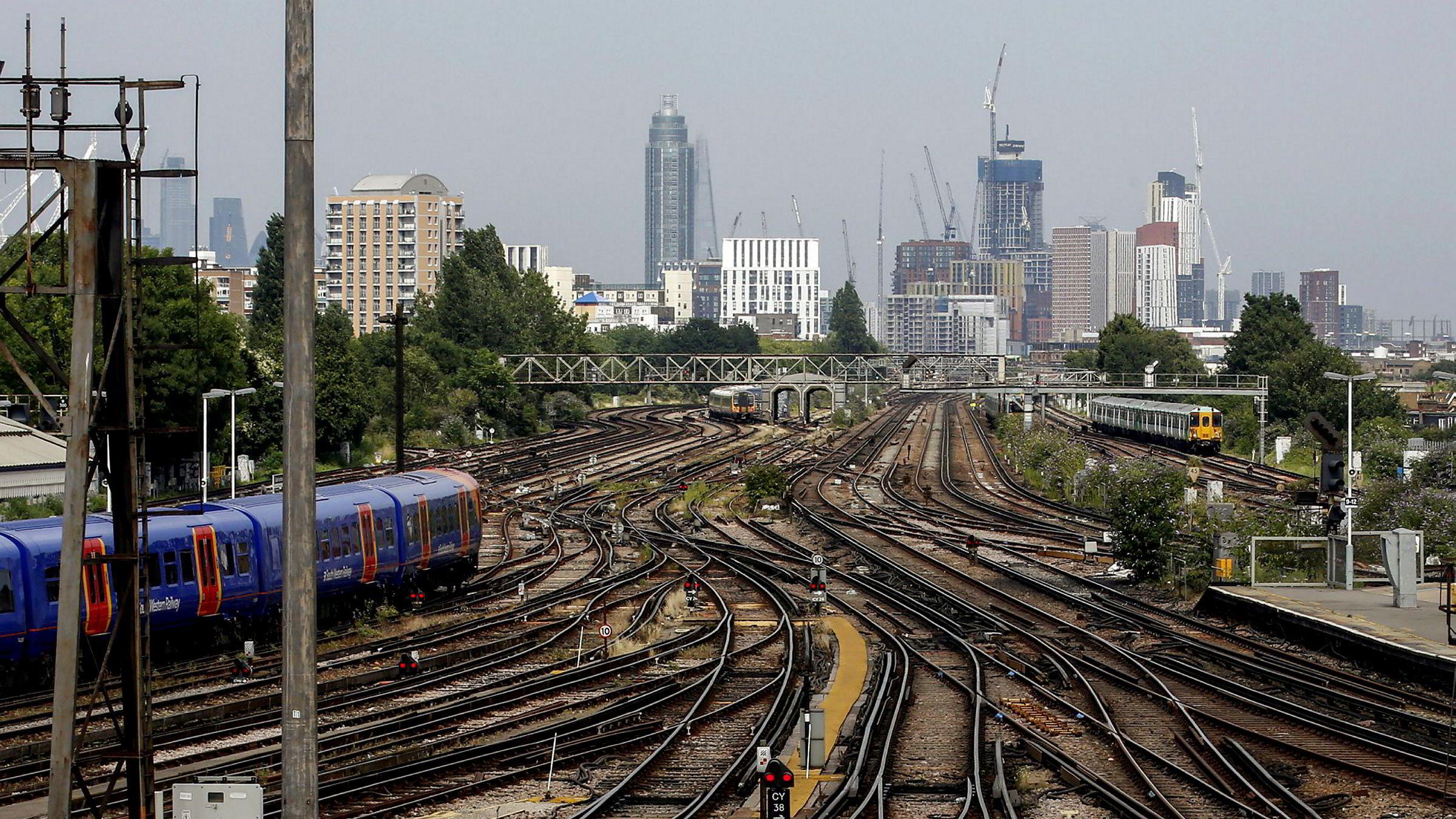 Labour vil renasjonalisere strøm, gass, post, vann – og jernbanen. Her fra jernbanestasjonen Clapham Junction i London.