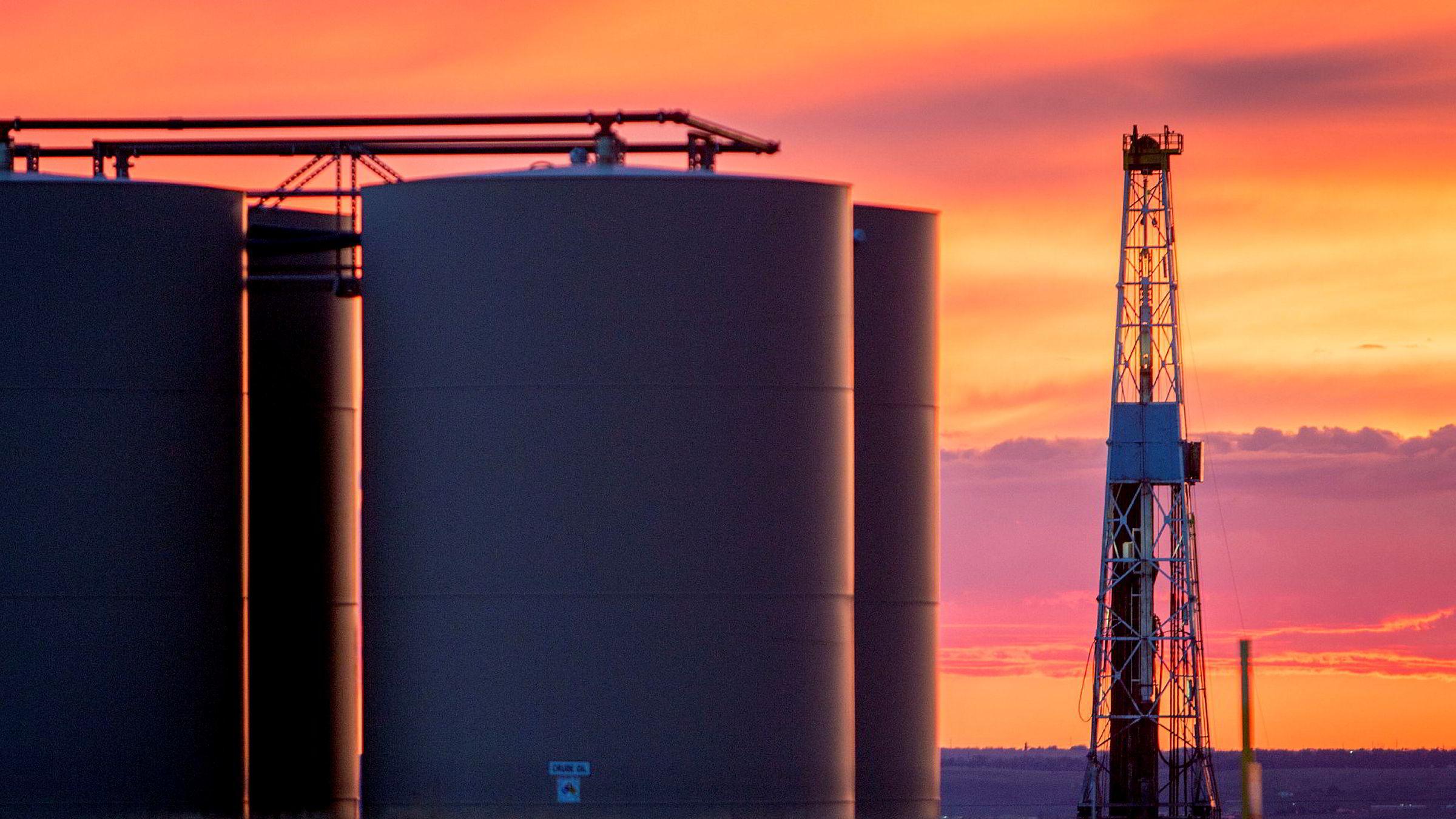 Denne boreriggen i Williston i Nord-Dakota får representere den amerikanske skiferoljen som fundamentalt har endret forutsetningene i oljemarkedet.