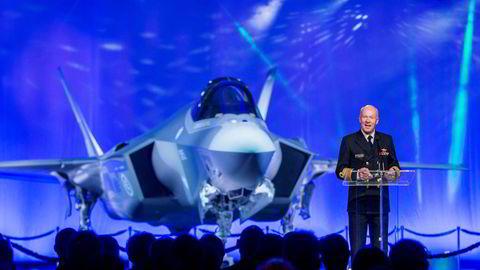 Forsvarssjef Haakon Bruun- Hanssen taler under en seremoni på Lockheed Martins fabrikk i Texas ved overleveringen av det første nye F35 jagerflyet. Nå har overgangen til nye jagerfly fått alvorlig kritikk fra Riksrevisjonen.