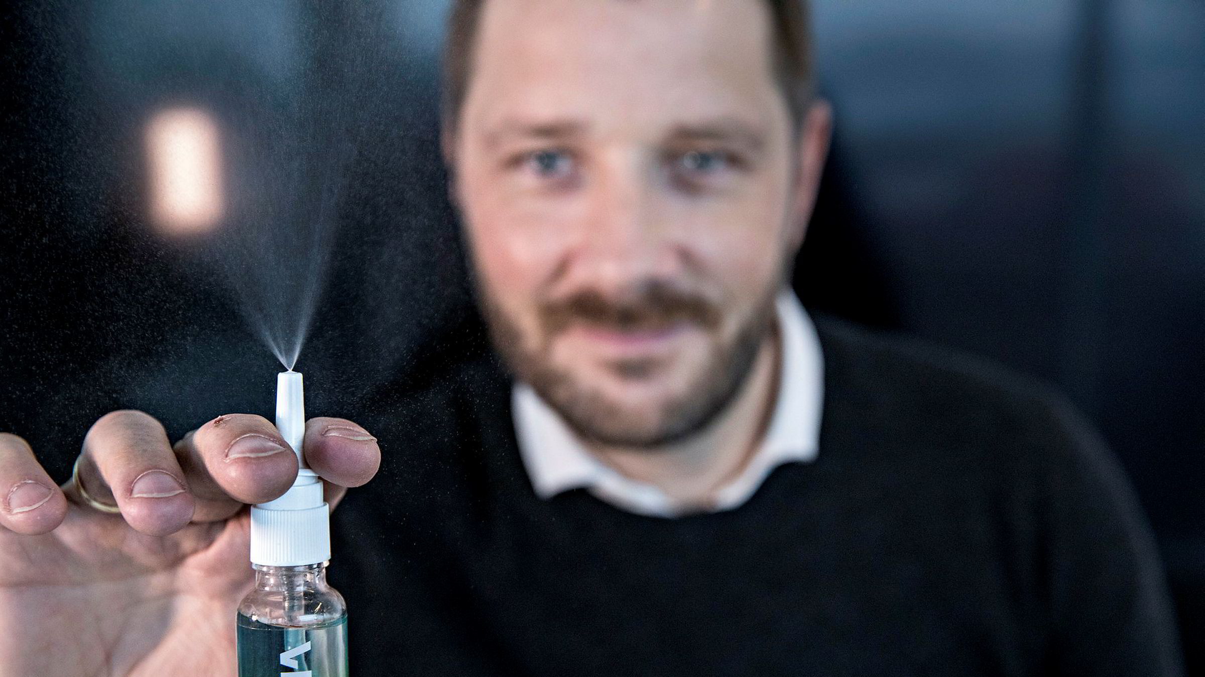 Med virkestoff hentet frem fra havbunnen, har helsegründer Jan Remmereit utviklet denne forebyggende sprayen mot forkjølelse som nå introduseres i apotek. Frode Fagermo (bildet) leder den kommersielle utviklingen som daglig leder i selskapet Viiral.