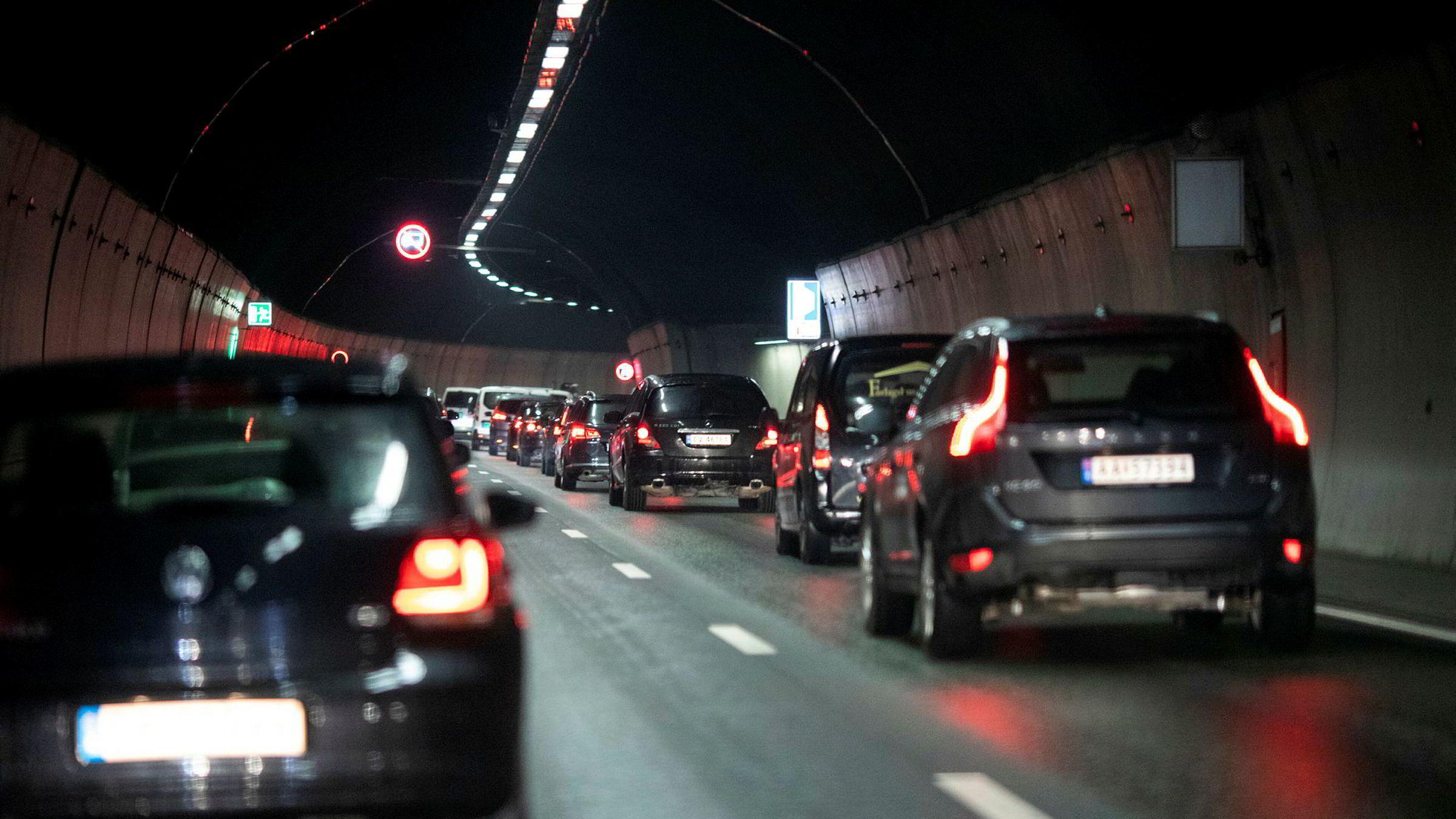 At bompengar ikkje kan brukast til å subsidiere billettprisane på buss og bane, fekk Oslo kommune informasjon om allereie i 2010 då Arbeidarpartiet sat ved roret, skriv Jon Georg Dale. Bilistar i kø i tunnelen til Ryen i Oslo.