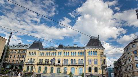 Norske Selskabs lokaler ved Stortinget, med Wessels plass i forkant. Frimurerlosjen ligger på den andre siden av plassen.